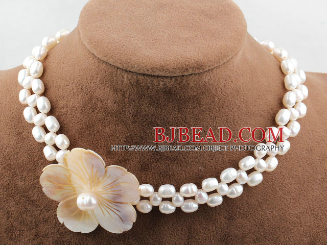 Dos filas de agua dulce collar de perlas blancas con la Roca Blanca Flor