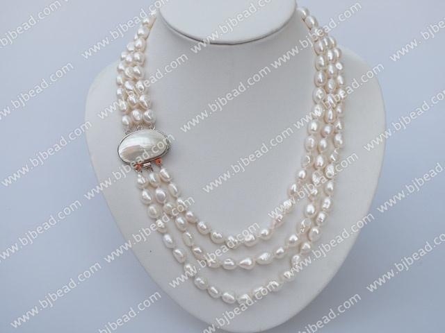 5bb57e7f0600 tres capítulo collar de perlas blancas y un brazalete de conjunto