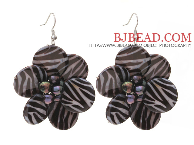 Nice Round Disc Shape White Black Banded Shell And Black Freshwater Pearl Flower Earrings